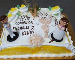 tarta de comunion niño y niña con figuras